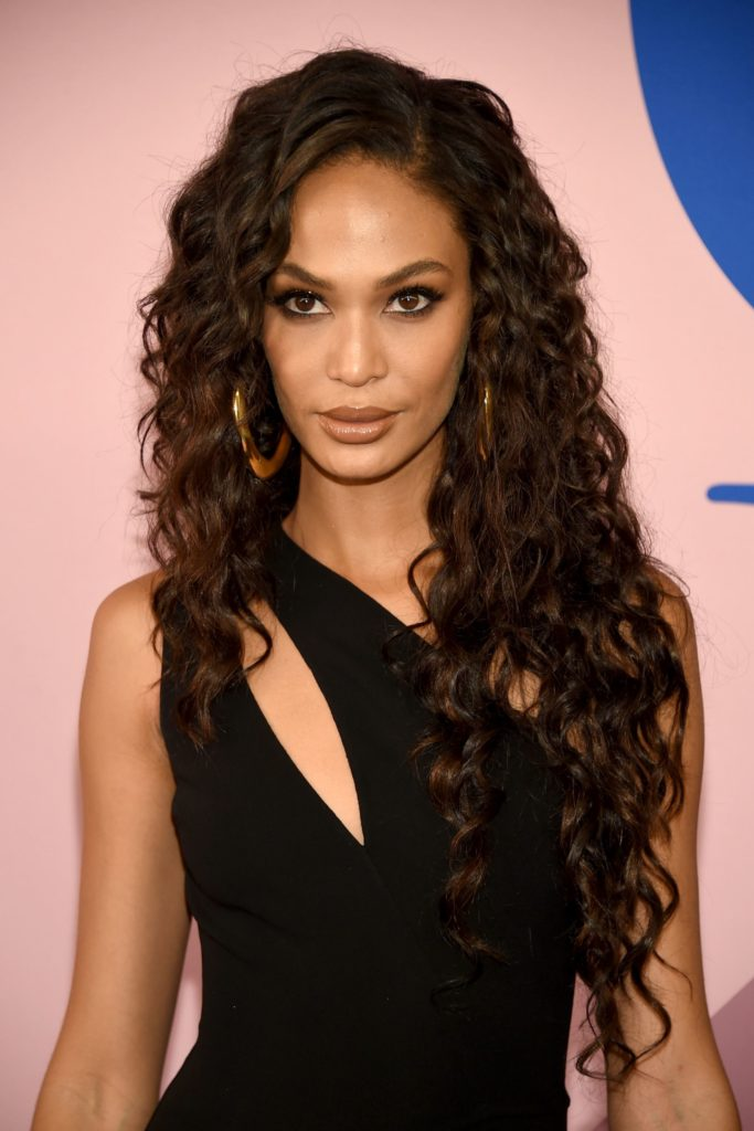 Long women Over 50 ans Haircuts trends 2020 curls on brunette 1
