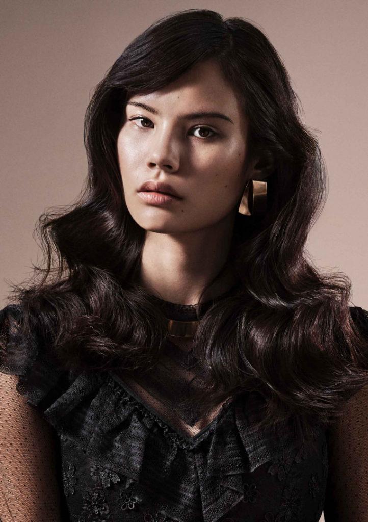 Long women Over 50 ans Haircuts trends 2020 wavy dark brown hair 1