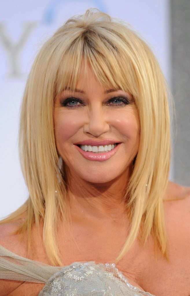 Medium women Over 50 ans Haircuts trends 2020 choppy layer blonde color