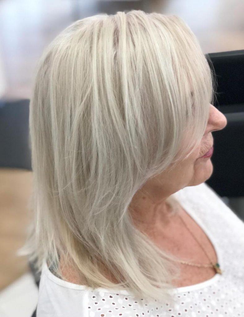Medium women Over 50 ans Haircuts trends 2020 gray straight hair