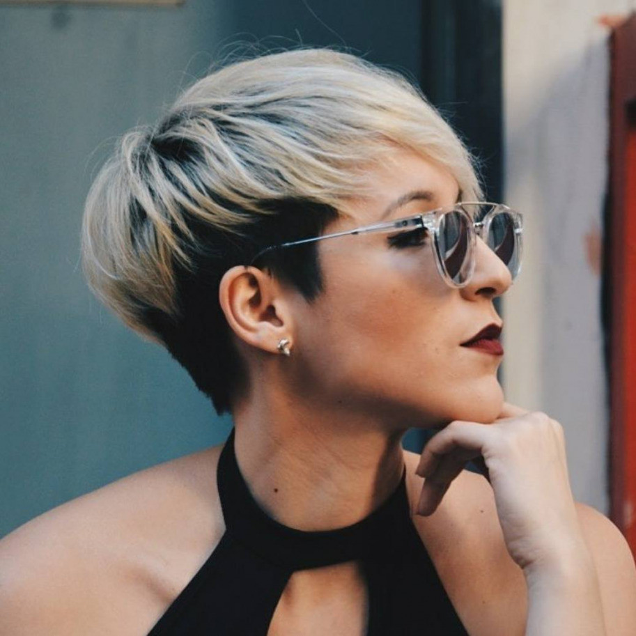 Short women Over 50 ans Haircuts trends 2020 black and white pixie cut 1