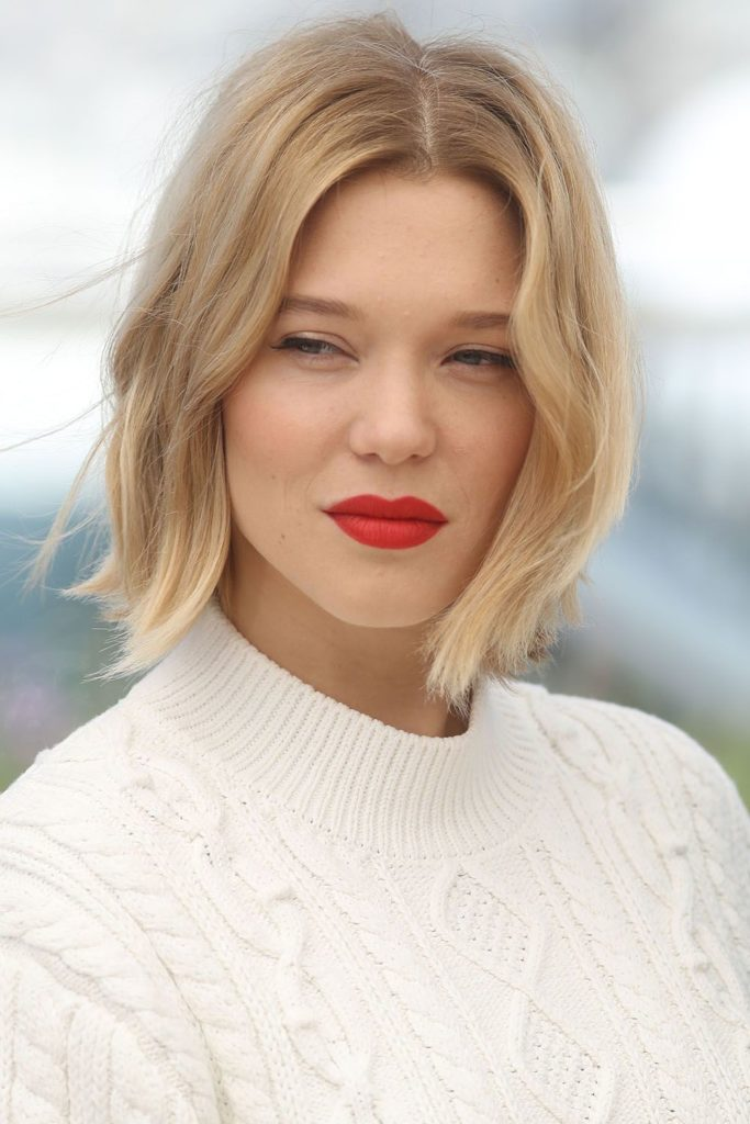 Short women Over 50 ans Haircuts trends 2020 blone square cut red lips 1
