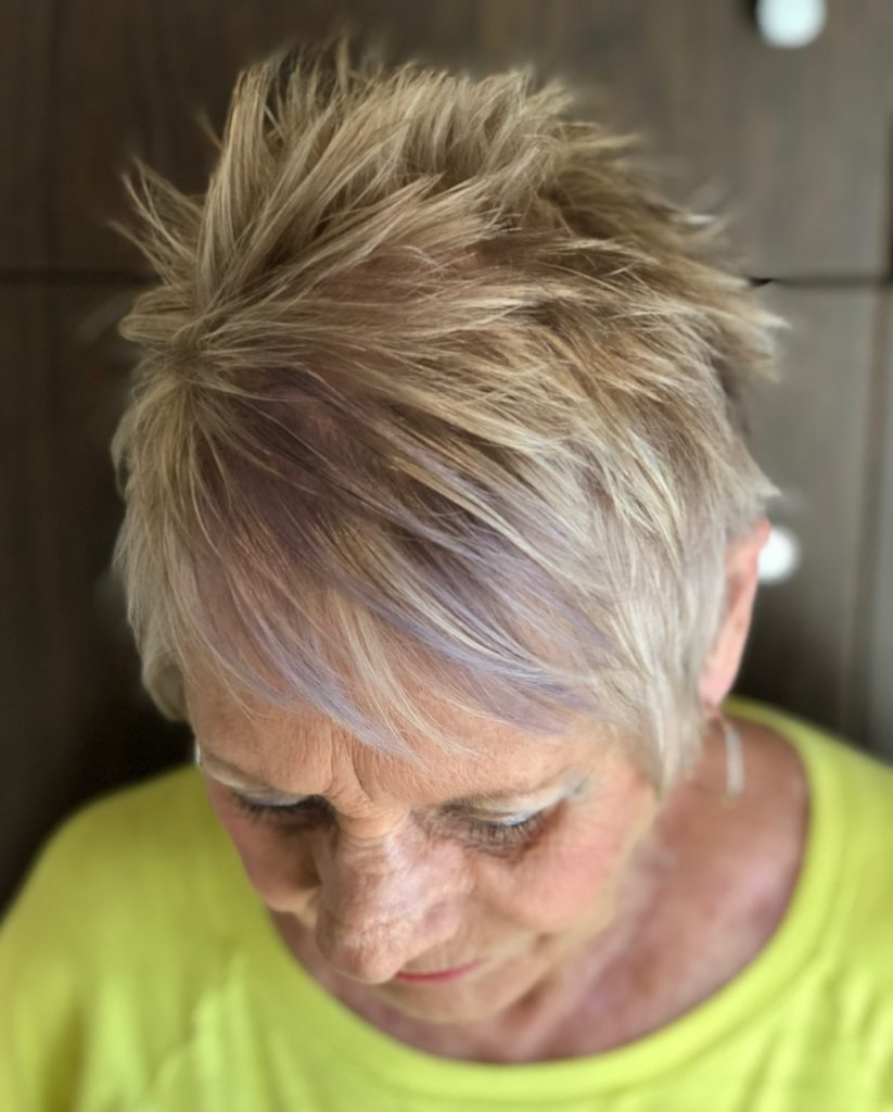 Short women Over 50 ans Haircuts trends 2020 boy cut gray color 1