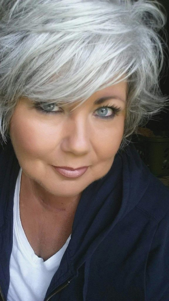 Short women Over 50 ans Haircuts trends 2020 gray color bang 1