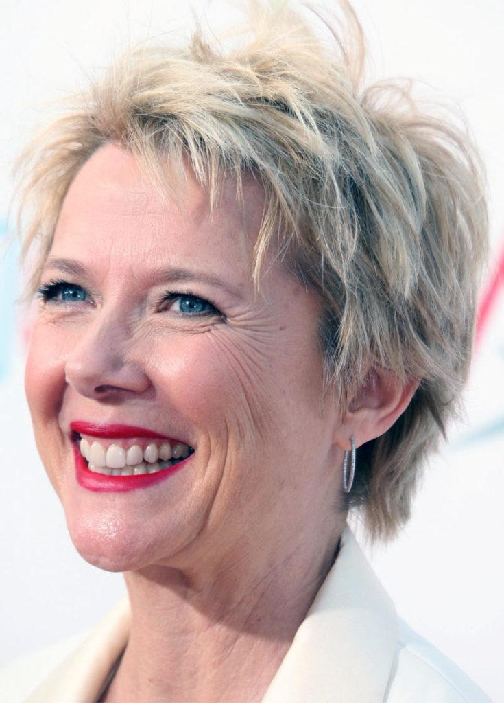 Short women Over 50 ans Haircuts trends 2020 pixie choppy layers gray color 1