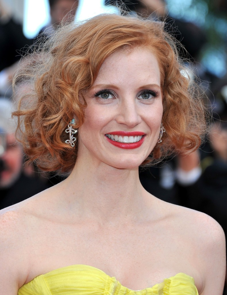 Short women Over 50 ans Haircuts trends 2020 wavy red hair with red lips 1