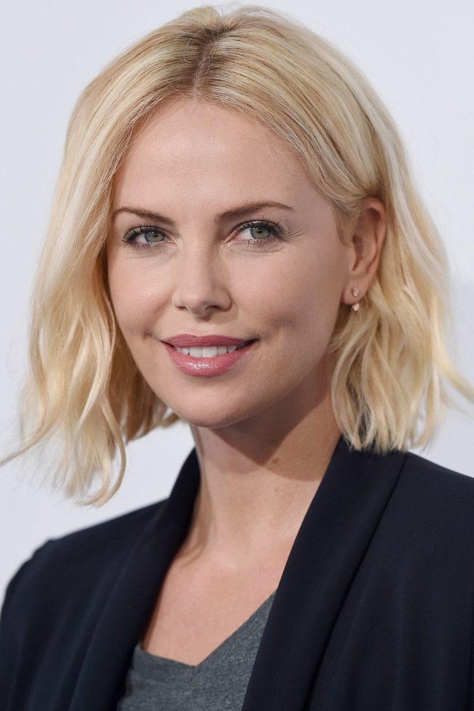 short women Over 50 ans Haircuts trends 2020 platinum blond messy square cut
