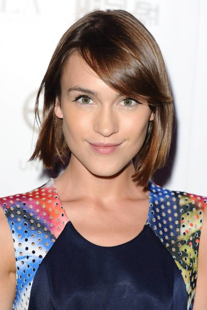 Ella Catliff's Romantic Look With A Short Brown Hairstyle